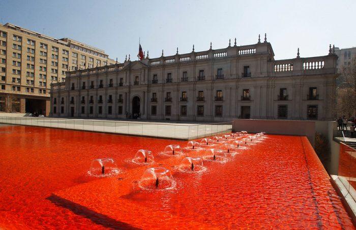 """La intervención urbana que """"marcó"""" de rojo sangre las piletas de La Moneda"""
