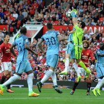 [VIDEO] Claudio Bravo debuta en el triunfo del Manchester City ante el United