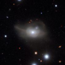 Astrónomos descubren agujero negro que arrastra a una galaxia a la oscuridad