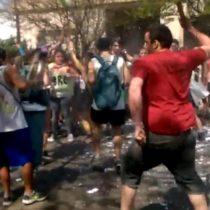 [VIDEO] Argentina: hombre reacciona violentamente ante estudiantes porque le molestaba el ruido