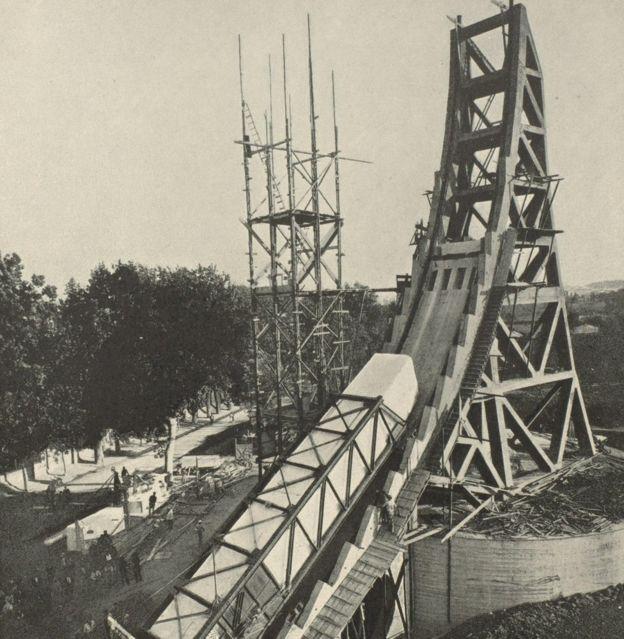 Como en Egipto, la construcción de obeliscos de cientos de toneladas de peso era una forma de intentar demostrar el poder y la riqueza del régimen de Mussolini.