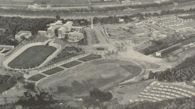 El obelisco está situado en lo que en la época se llamó Foro Mussolini, un complejo deportivo que quería lanzar la candidatura de Roma para las Olimpiadas de 1944.