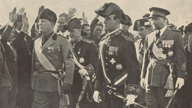 El pergamino es una alabanza de las hazañas de Benito Mussolini, quien en aquel momento había acaparado el poder político en Italia.