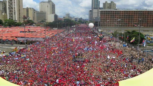 Esta es una de las imágenes que el gobierno venezolano divulgó de la marcha oficialista este jueves en Caracas.