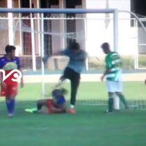 [VIDEO] La brutal patada del arquero de General Velásquez a su rival durante un partido de Tercera División