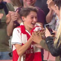 [VIDEO] La emoción de un joven hincha del Arsenal tras recibir inesperado regalo de Mesut Özil