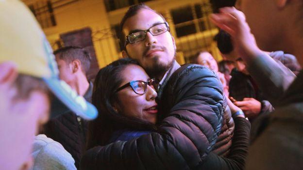 Colombianos a favor y en contra del acuerdo se reunieron en centros públicos para escuchar los resultados.