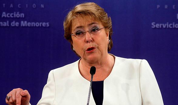 Bachelet abre cuenta de Twitter y felicita a Santos por el Nobel