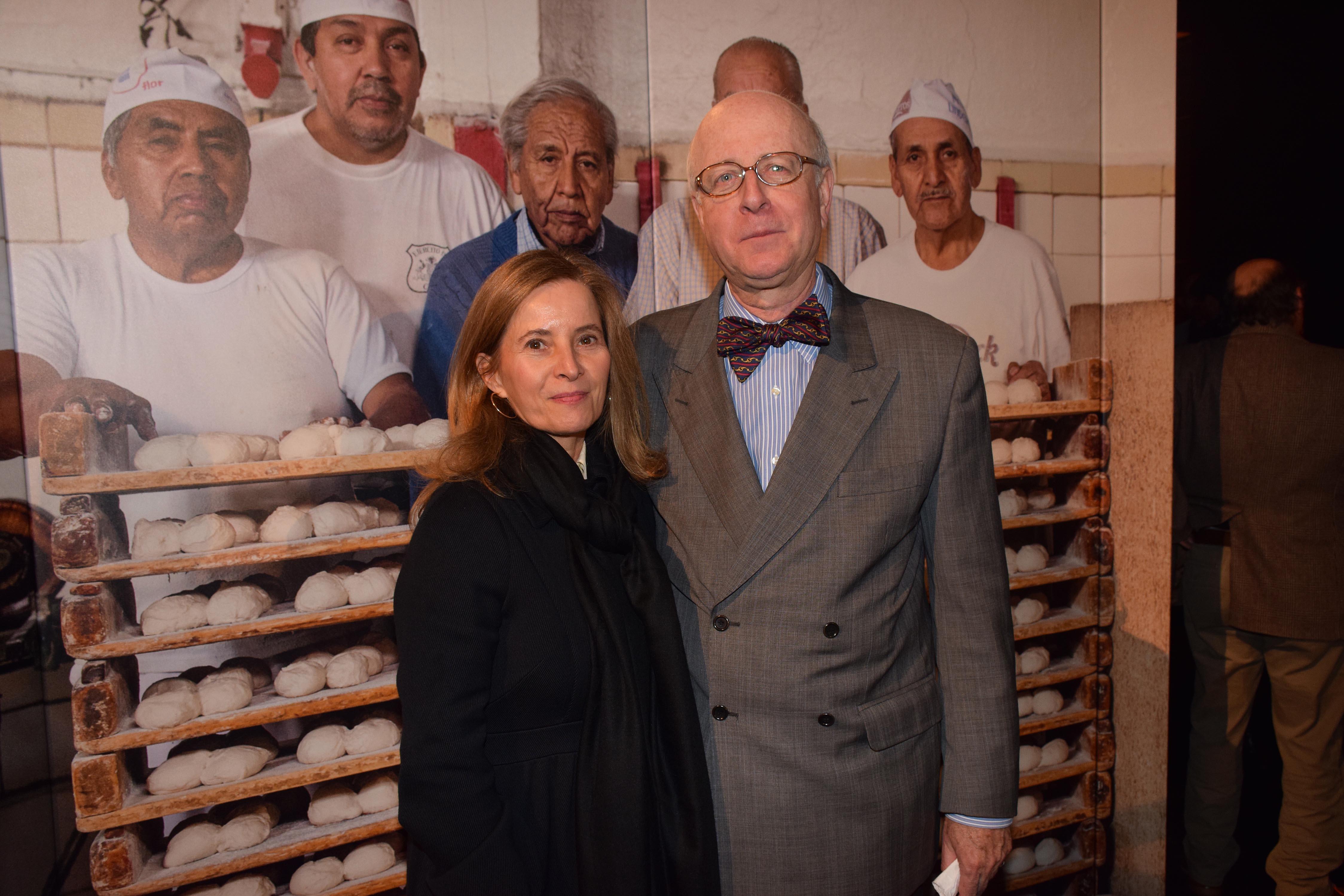 Begoña Bilbao junto al Embajador de  España, Carlos Robles.