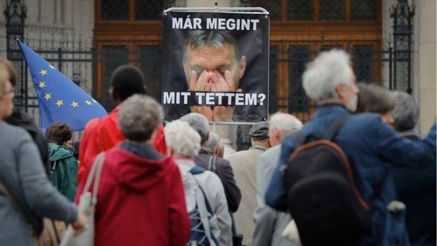 Grupos pro derechos humanos criticaban al primer ministro Orban, pues consideran que es xenofóbico el rechazar a personas que huyen de conflictos.