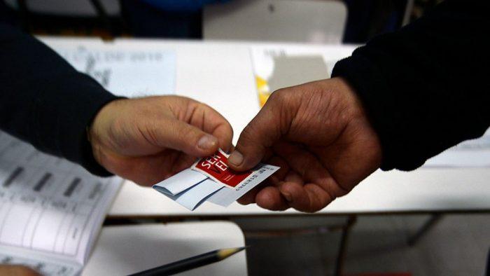 Servel y Registro Civil se enfrentan por errores en domicilio electoral