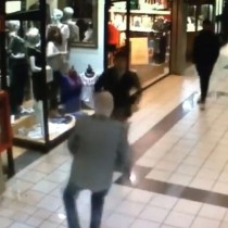 [VIDEO] Anciano derribó a asaltante tras asalto a joyería en un mall