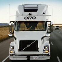El exitoso primer viaje de un camión autónomo completamente cargado con cerveza en Estados Unidos