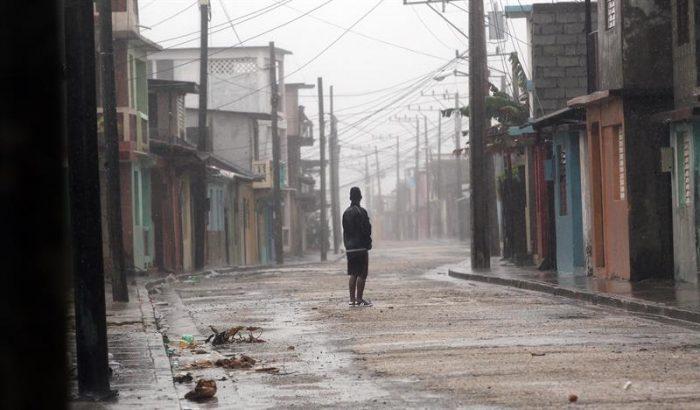 La paciencia, el mejor recurso del cubano para capear el temporal de Matthew