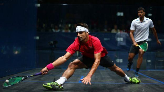 La velocidad e intensidad del squash demandan un gran esfuerzo físico.