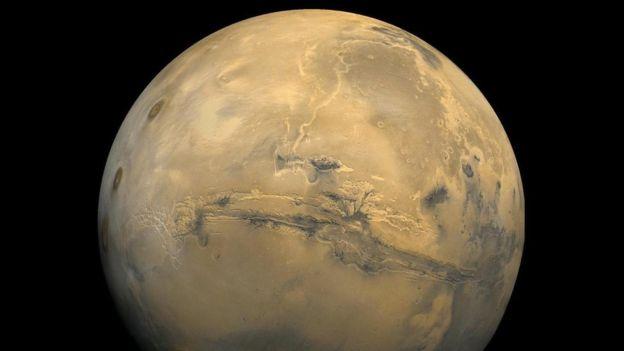Marte tiene dos lunas diminutas, llamadas Phobos y Deimos.