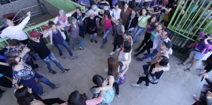 [VIDEO C+C] Fundación Mustakis celebra 20 años con flashmob en la Vega al ritmo de la música de Zorba el griego