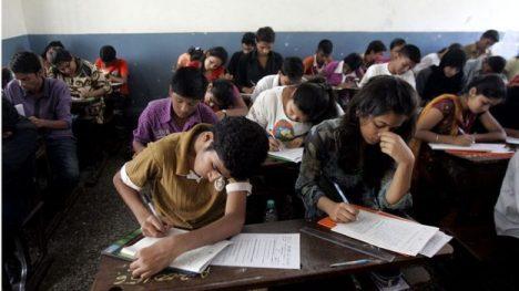Decenas de alumnos y un sólo examen: pese a que las habilidades de todos son distintas, los sistemas de calificación están estandarizados.