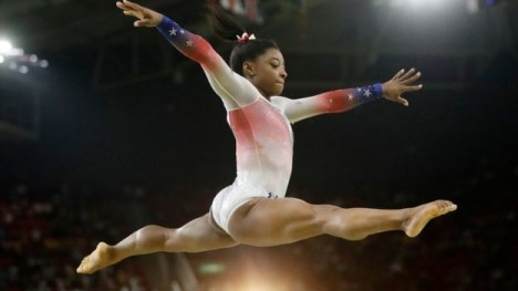 Potencia descomunal y explosiva: la estadounidense Simone Biles es la primera gimnasta en la historia que ganó tres campeonatos mundiales consecutivos en el programa completo.