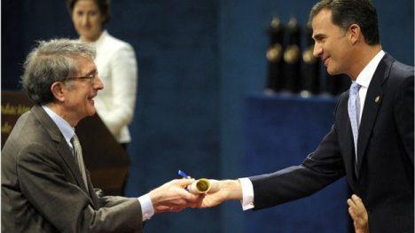 El sicólogo Howard Gardner recibiendo el premio Príncipe de Asturias en 2011. Su teoría de las inteligencias múltiples enriquece el modelo educativo al tomar en consideración nuevas potencialidades en cada individuo.