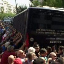[VIDEO] Impresionantes imágenes de la represalia de la policía contra un grupo de manifestantes ancianos en Grecia