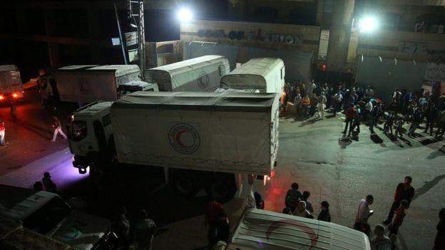Los residentes se reunieron para recibir el convoy que llevaba medicinas y alimentos.
