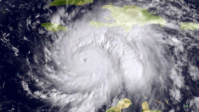 El poderoso huracán Matthew llega a la costa de Haití y amenaza el este de Cuba