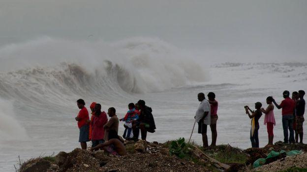 En la capital de Jamaica, Kingston, hubo oleaje elevado pero la alerta se redujo luego de que el huracán tomó una trayectoria que se alejaba de la isla.