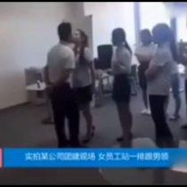 [VIDEO] El jefe chino que obliga a sus empleadas a darle un beso en la boca antes de trabajar