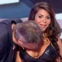 """[VIDEO] El repudiado """"escándalo sexual"""" en la TV francesa por periodista que besó el busto de una invitada"""