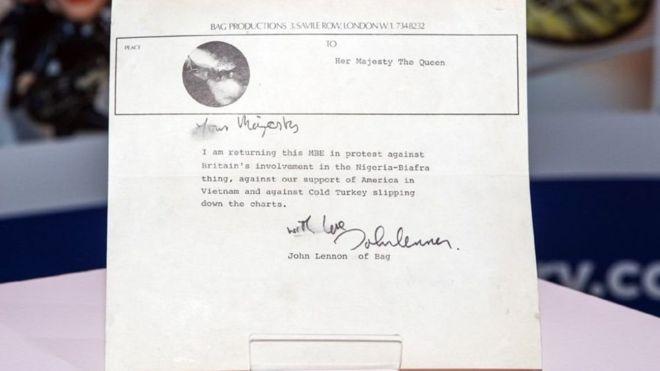 La carta de US$70.000 hallada en un ático en la que John Lennon rechaza la Orden del Imperio Británico