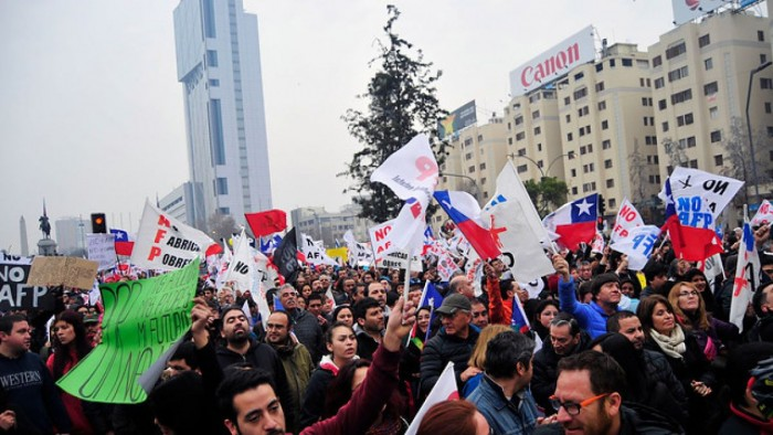 Bajo la lluvia miles de chilenos salen nuevamente a la calle para marchar contra las AFP