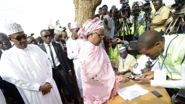Aisha Buhari registrándose para votar junto a su marido.