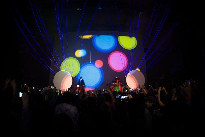 Pet Shop Boys, la banda que se lució como siempre pese a tocar en un lugar imposible