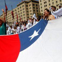 Bachelet pide a funcionarios públicos retomar funciones y estos se agrupan en banderazo frente a La Moneda