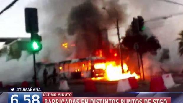 Santiago colapsado, tres buses quemados y rutas bloqueadas en inicio del Paro Nacional No + AFP
