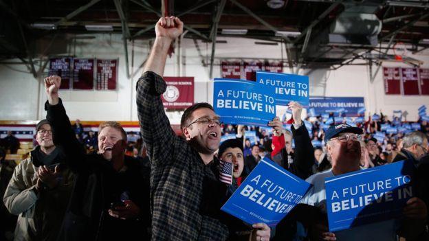 Según Moore, los simpatizantes de Bernie Sanders votarían por Clinton pero con desgana.