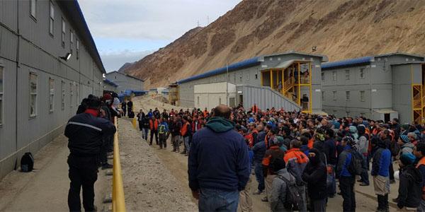 Contratistas de Los Bronces se toman dependencias de la mina en medio del veranito de san Juan para el cobre