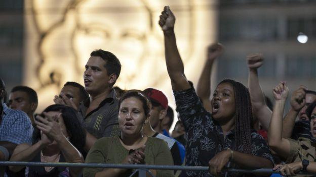 Las emociones eran diversas en la plaza, desde quienes gritaban por Fidel Castro hasta quienes solo escuchaban con pesar.