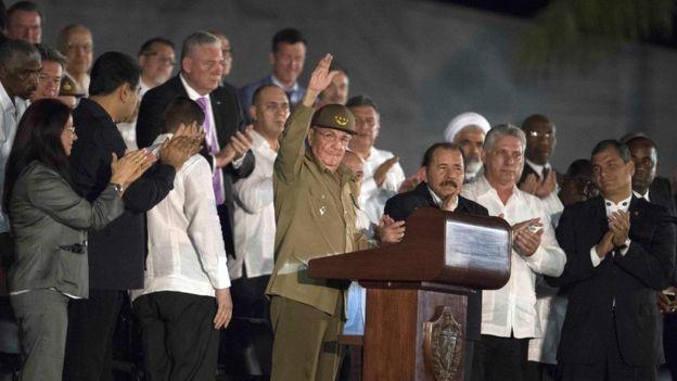 Raúl Castro saluda a la multitud rodeado de líderes de la región y el mundo.
