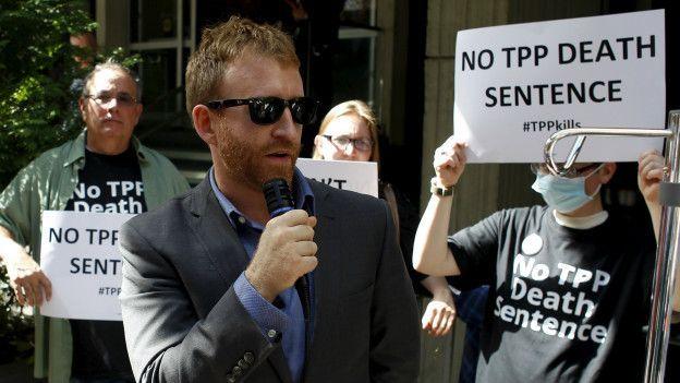 Los críticos del TPP reclaman porque el tratado beneficia a los intereses corporativos multinacionales.