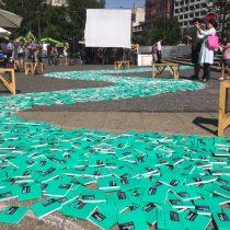 """Con río de libros en plena plaza Baquedano se lanza nueva convocatoria de """"Santiago en 100 palabras"""""""
