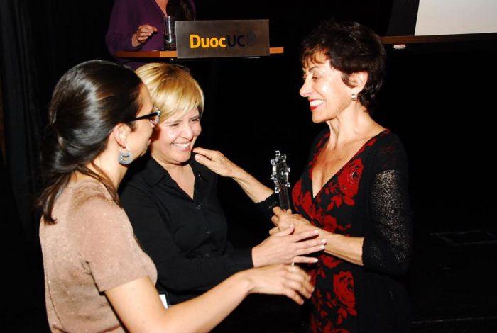 Tatiana Oliveros de El Mostrador C+C entregando el premio a María Teresa Larraín