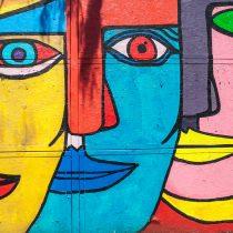 Mural llena de colores el cierre perimetral de futura estación Parque Almagro