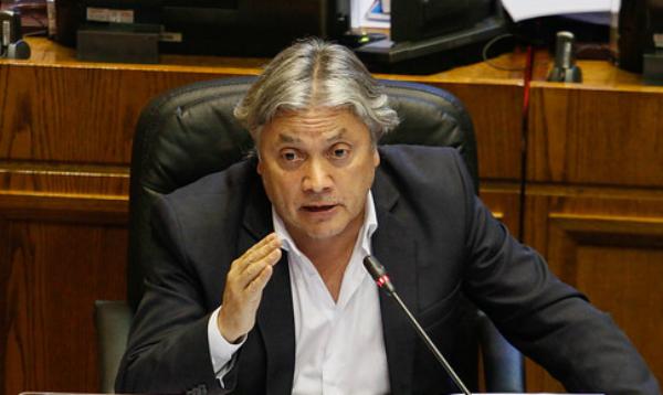 Senador Navarro presenta denuncia criminal contra Piñera
