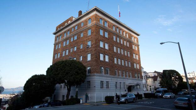 Varios de los funcionarios expulsados trabajan en el consulado de Rusia en San Francisco.