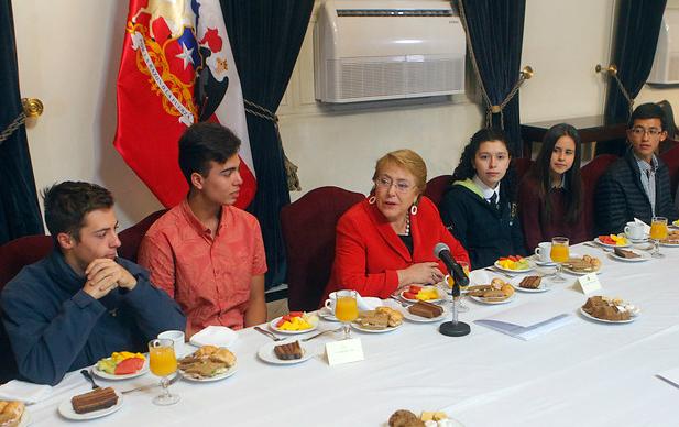 Bachelet desayunó junto a los puntajes nacionales