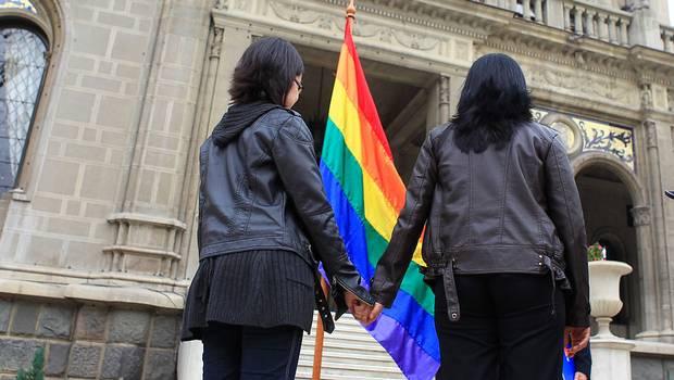 Proyecto de ley busca que familias homoparentales puedan inscribir a sus hijos