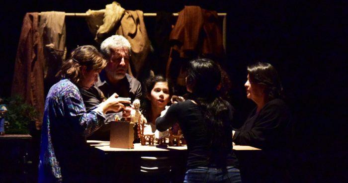 Los nudos humanos de Ensayos de una familia de provincia, la nueva obra de Barrales en el Teatro del Maule