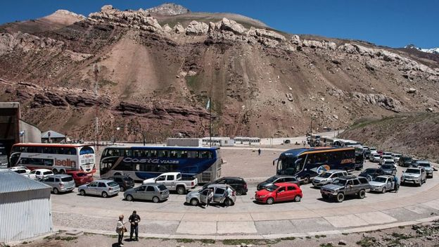 Santiago está a solo horas de algunas ciudades argentinas por carretera.